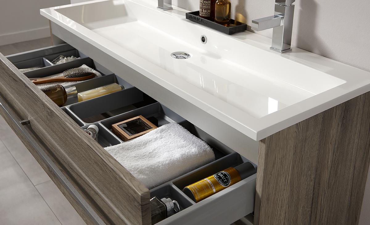 Een geordende badkamer met ladeverdelers inspiratie saniweb.nl
